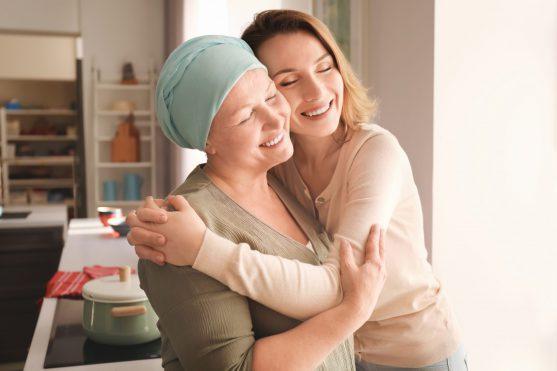 अपनी मां को कैंसर के सफर के दौरान प्यार करती हुई बेटी