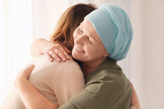 कैंसर ग्रस्त मरीज को बिना रोके अपने दिल की बात करने दें। उन्हें प्यार से रखें और उनकी बातों को कभी भी काटें नहीं।