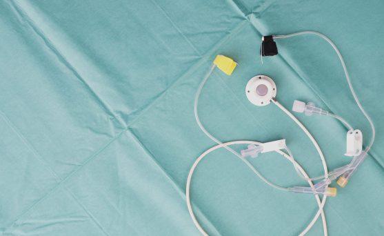 एक कीमोपोर्ट एक छोटा चिकित्सा उपकरण है जिसे त्वचा के नीचे प्रत्यारोपित किया जाता है।