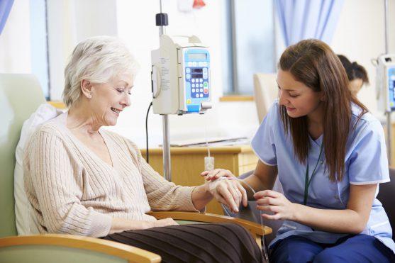 कीमोथेरेपी कई प्रकार के कैंसर का प्रभावी ढंग से इलाज करती है। लेकिन अन्य उपचारों की तरह, यह अक्सर दुष्प्रभाव का कारण भी बनती है।