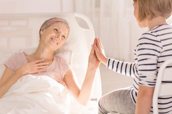 कैंसर छूने से नहीं फैलता है, लोगों में यह एक मिथक है