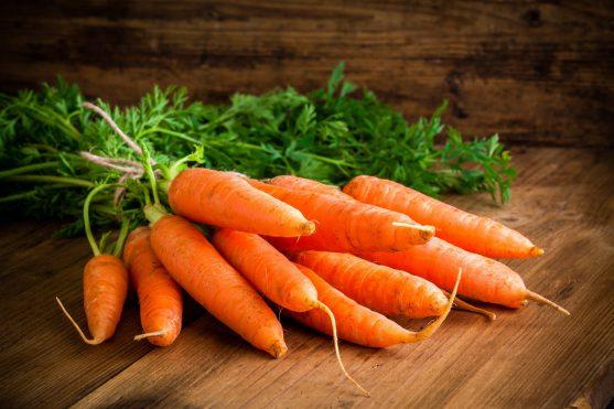 गाजर बीटा-कैरोटीन (एक एंटीऑक्सिडेंट), विटामिन और पादपरसायन युक्त गैर-स्टार्च वाली सब्जियां हैं जो विभिन्न कैंसर से बचा सकती हैं।