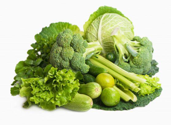 पत्तेदार सब्जियां कैंसर से लड़ने में महत्वपूर्ण भूमिका निभाते हैं। वे फाइबर और फोलेट से समृद्ध होते हैं, जो कुछ कैंसर के जोखिम को कम कर सकते हैं