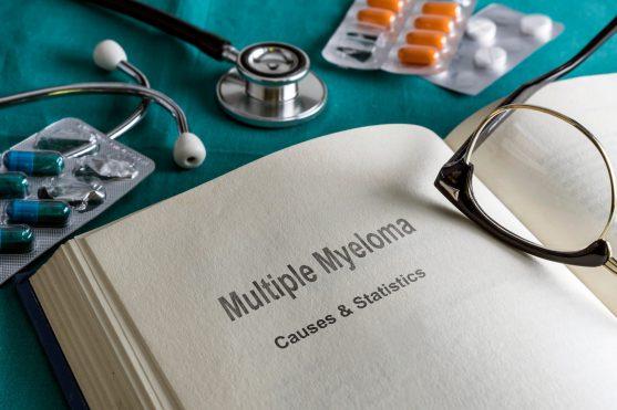 मल्टीपल मायलोमा का सबसे बड़ा संकेत, शरीर में एम प्रोटीन का बढ़ना है। क्योंकि असामान्य, घातक कोशिकाएं स्वस्थ सेल फंक्शन को रोकती हैं, इसके साथ ही एक व्यक्ति को पुराने संक्रमण, रक्त विकार और हड्डी की क्षति का अनुभव करना शुरू हो सकता है।
