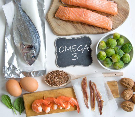 जैतून का तेल और समुद्री खाद्य पदार्थों जैसे मैकेरल, सालमन और सार्डिन जैसे वसा ओमेगा -3 फैटी एसिड से भरपूर होते हैं।