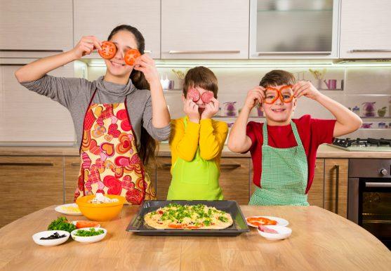 बच्चे को मजेदार स्नैक्स बनाने का मौका दें जैसे कि पिज्जा, तिरंगा सैंडविच, फ्रूट चाट या कुकीज।