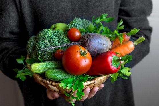 विभिन्न रंगों की सब्जियों पर एक मेडिटरेनीयन आहार भारी होता है।
