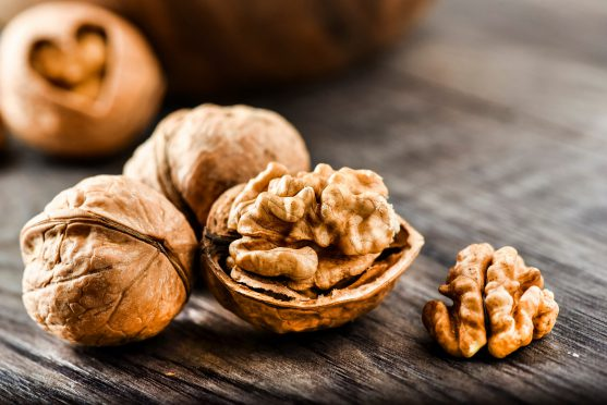 अखरोट प्रोटीन का भी बहुत अच्छा स्रोत है। यह कैंसर को प्राकृतिक तरीके से सही कर सकता है।