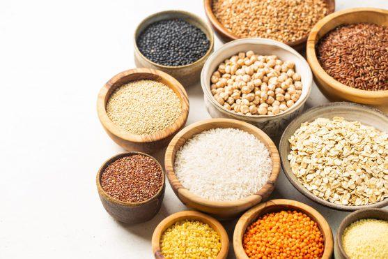 छोले, बीन्स, जई और साबुत गेहूं रोजाना मेडिटरेनीयन डाइट में परोसे जाने वाले पदार्थ हैं। अधिकांश भोजन बड़े पैमाने पर पोल्ट्री और डेयरी उत्पादों की कम मात्रा के साथ संयंत्र-आधारित होते हैं।