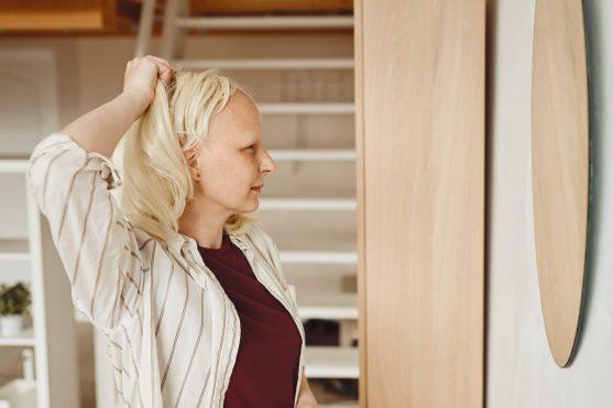 उपचार पूरा करने के 2 से 4 सप्ताह के भीतर सिर पर बाल दिखाई देने लगते हैं।