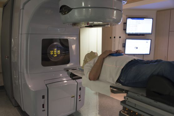 रेडिएशन थेरेपी का उपयोग अकेले या अन्य उपचारों के साथ किया जा सकता है