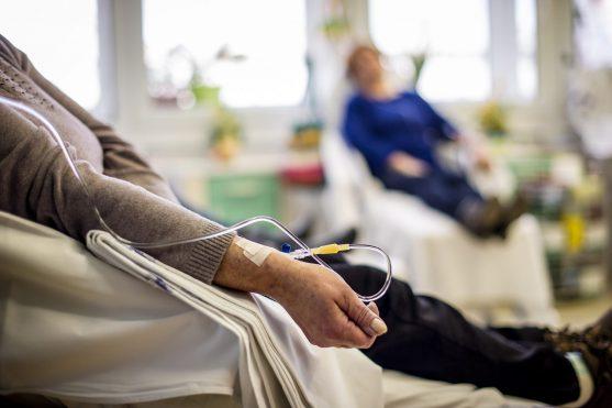 कीमोथेरेपी में तेजी से बढ़ने वाली कैंसर कोशिकाओं को मारने के लिए दवाओं का उपयोग किया जाता है।