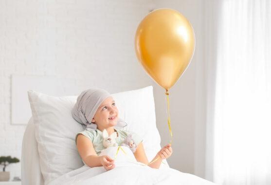 अधिकांश बच्चों के कैंसर इलाज योग्य होते हैं और उनकी जीवित रहने की दर अधिक होती है।